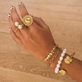 Gold and pearls 🤍 Always trendy.